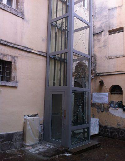 Installazione in palazzo d'epoca di piattaforma elevatrice idraulica con passerella di sbarco porta di accesso