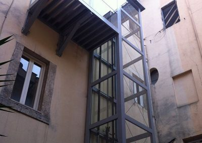 Installazione in palazzo d'epoca di piattaforma elevatrice idraulica con passerella di sbarco