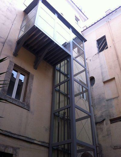 Installazione in palazzo d'epoca di piattaforma elevatrice idraulica con passerella di sbarco visuale dal basso