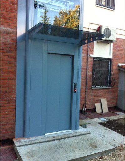 piattaforma elevatrice idraulica con incastellatura in ferro verniciato portante da esterno con porte automatiche accesso piano terra