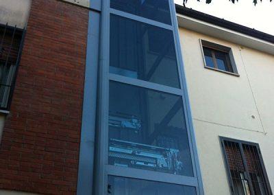 piattaforme elevatrici idrauliche con incastellatura in ferro verniciato portante da esterno e porte automatiche