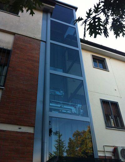 piattaforma elevatrice idraulica con incastellatura in ferro verniciato portante da esterno con porte automatiche esterno