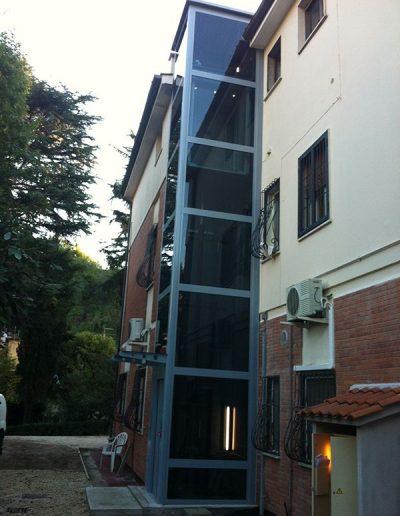 piattaforma elevatrice idraulica con incastellatura in ferro verniciato portante da esterno con porte automatiche panoramica esterno dal basso