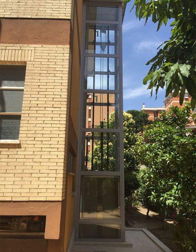 piattaforma elevatrice idraulica con incastellatura in ferro verniciato portante da esterno con porte automatiche struttura esterna
