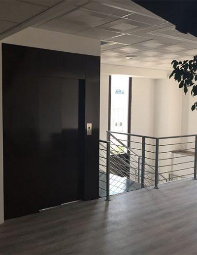 ascensore idraulico con incastellatura in lamiera di ferro verniciata da interno installato in locale uffici