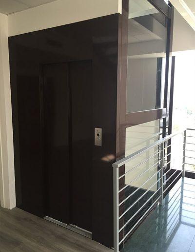 ascensore idraulico con incastellatura in lamiera di ferro verniciata da interno porta automatica al piano