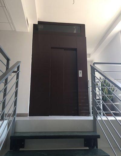 ascensore idraulico con incastellatura in lamiera di ferro verniciata da interno porta automatica vista dal basso
