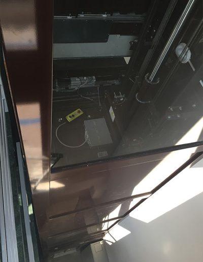 ascensore idraulico con incastellatura in lamiera di ferro verniciata da interno vista colonna dall alto