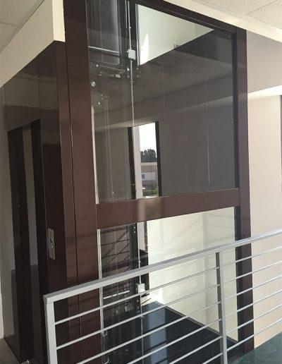 ascensore idraulico con incastellatura in lamiera di ferro verniciata da interno vista esterno al piano