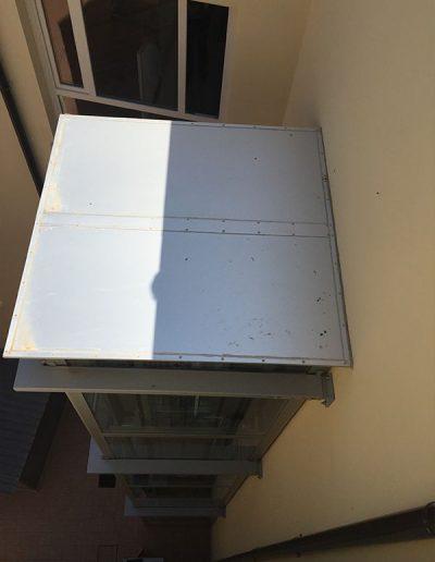 piattaforma elevatrice idraulica con incastellatura in ferro verniciato portante da esterno con porte automatiche per scuola comunale tettoia