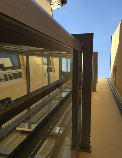 piattaforma elevatrice idraulica con incastellatura in ferro verniciato portante da esterno con porte automatiche per scuola comunale vista da terra