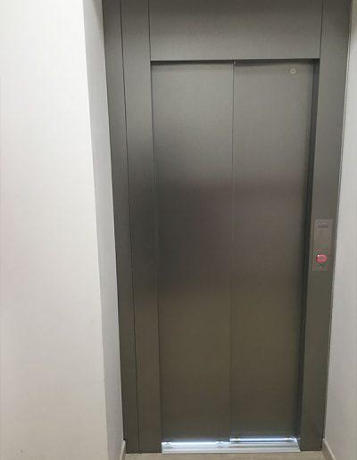 piattaforma elevatrice idraulica con incastellatura in ferro verniciato portante da esterno con porte automatiche vista all interno