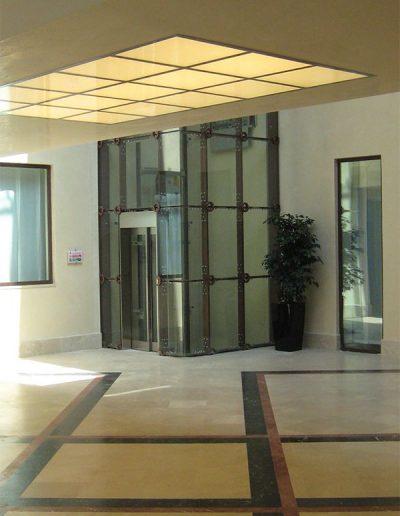 ascensore idraulico con incastellatura in lamiera di ferro lavorata verniciata da interno visuale androne