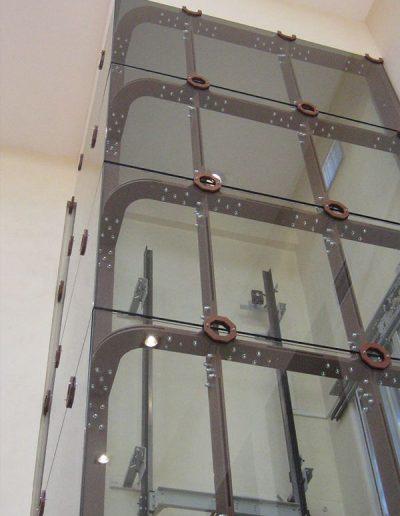 ascensore idraulico con incastellatura in lamiera di ferro lavorata verniciata da interno visuale dal basso