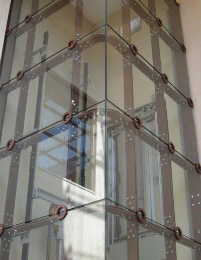ascensore idraulico con incastellatura in lamiera di ferro lavorata verniciata da interno visuale esterno