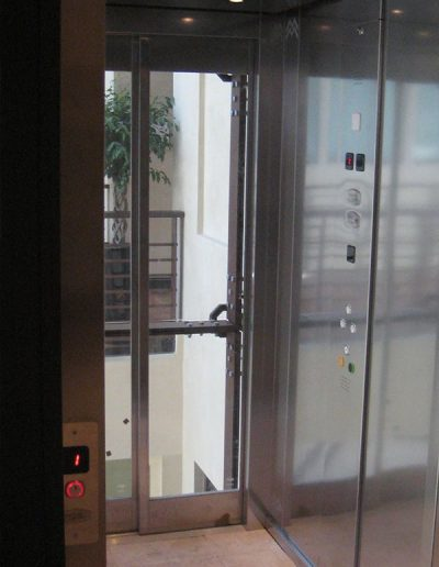 ascensore idraulico con incastellatura in lamiera di ferro lavorata verniciata da interno visuale interno