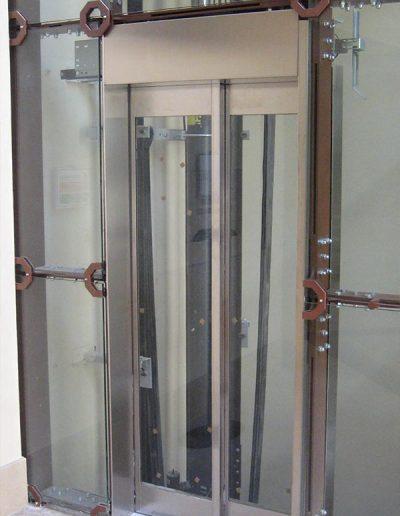ascensore idraulico con incastellatura in lamiera di ferro lavorata verniciata da interno visuale porte da esterno