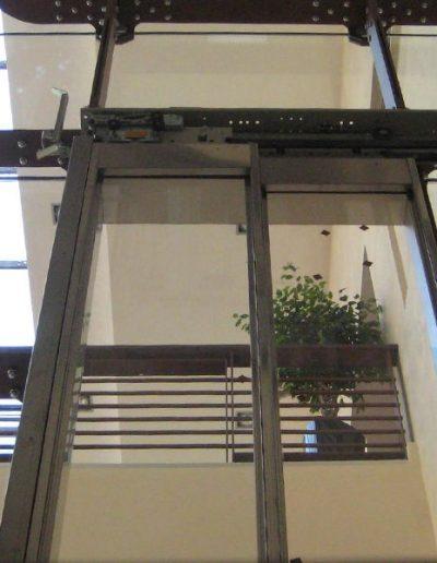 ascensore idraulico con incastellatura in lamiera di ferro lavorata verniciata da interno visuale porte da sotto