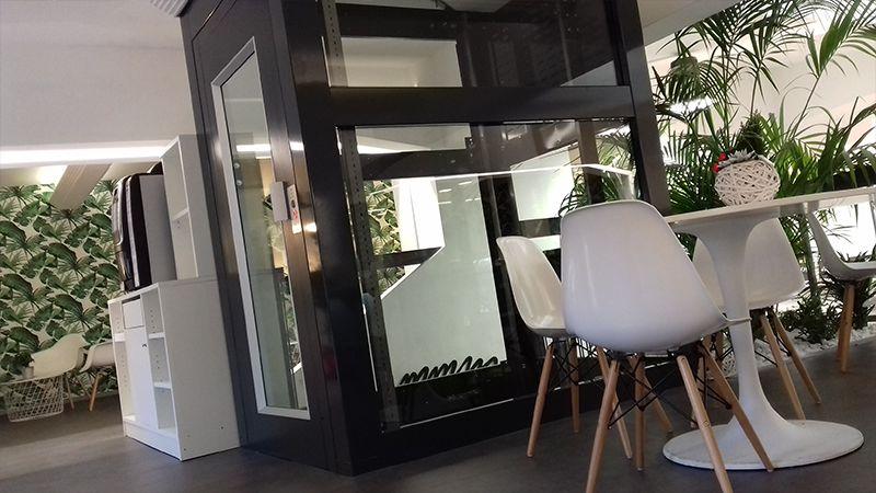 piattaforma elevatrice con castello in vetro trasparente per pubblico esercizio copertina