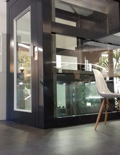 piattaforma elevatrice con castello in vetro trasparente per pubblico esercizio vista esterno