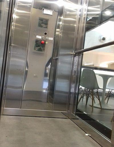 piattaforma elevatrice con castello in vetro trasparente per pubblico esercizio vista interno cabina