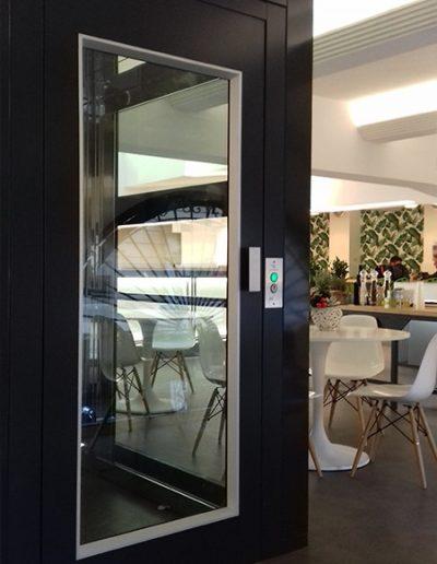 piattaforma elevatrice con castello in vetro trasparente per pubblico esercizio vista porta