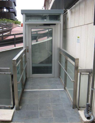 piattaforma elevatrice idraulica con incastellatura in alluminio portante da esterno con passerelle fronte