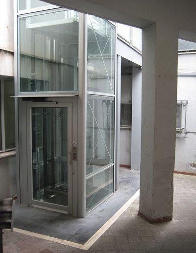 piattaforma elevatrice idraulica con incastellatura in alluminio portante da esterno con passerelle piano terra