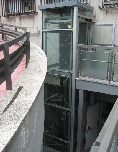 piattaforma elevatrice idraulica con incastellatura in alluminio portante da esterno con passerelle vista laterale