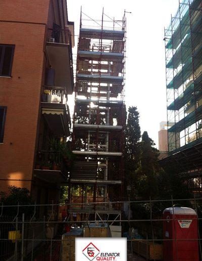 Cantiere per installazione piattaforma elevatrice esterno
