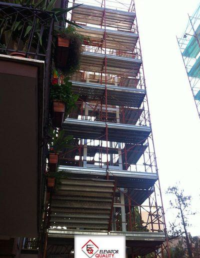 Cantiere per installazione piattaforma elevatrice impalcature