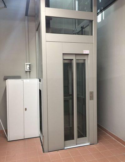 piattaforma elevatrice due fermate automatica con castello trasparente tamponato in vetro armadio seminterrato