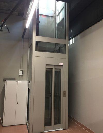 piattaforma elevatrice due fermate automatica con castello trasparente tamponato in vetro piano seminterrato