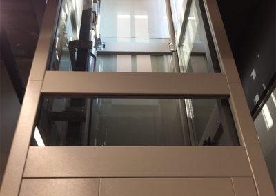 Piattaforma elevatrice due fermate automatica con castello trasparente tamponato in vetro