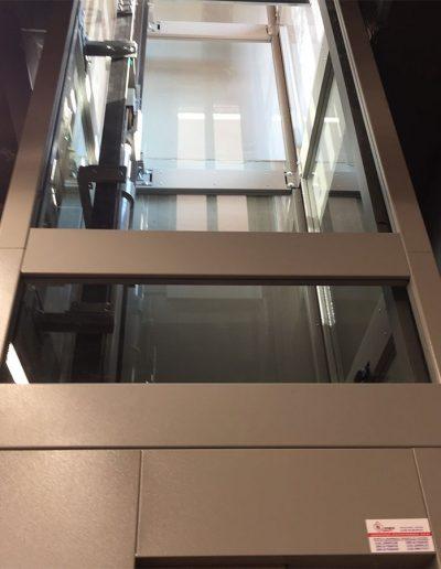 piattaforma elevatrice due fermate automatica con castello trasparente tamponato in vetro vano