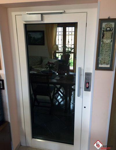 installazione piattaforma elevatrice appartamento porta a specchio