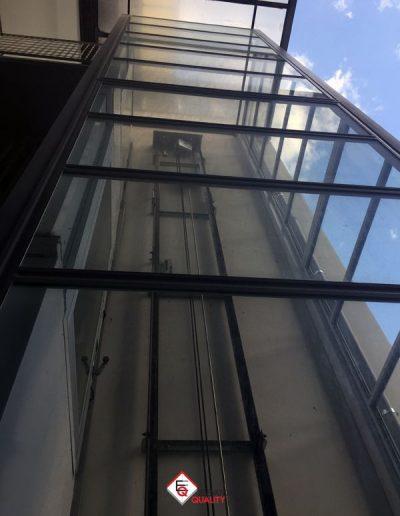 piattaforma elevatrice edificio condominiale colonna in vetro