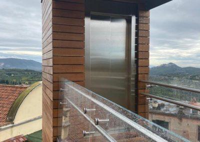 Piattaforma elevatrice con vano rivestito in legno e porte automatiche accesso superiore
