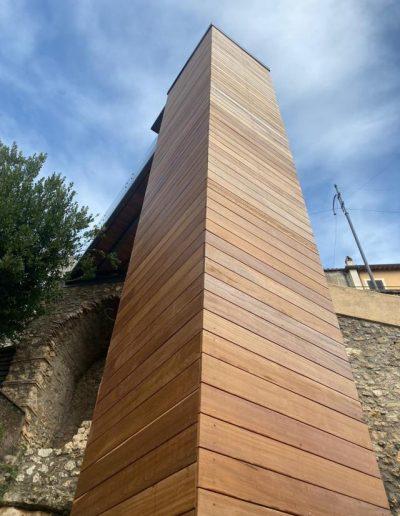 Piattaforma elevatrice con vano rivestito in legno e porte automatiche colonna