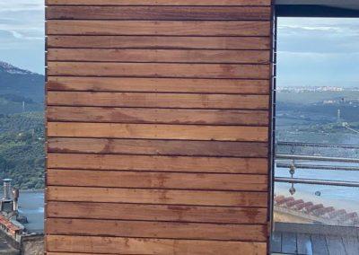 Piattaforma elevatrice con vano rivestito in legno e porte automatiche lato