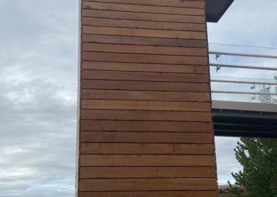 Piattaforma elevatrice con vano rivestito in legno e porte automatiche lato sinistro