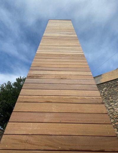 Piattaforma elevatrice con vano rivestito in legno e porte automatiche rivestimento