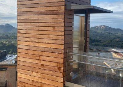 Piattaforma elevatrice con vano rivestito in legno e porte automatiche struttura