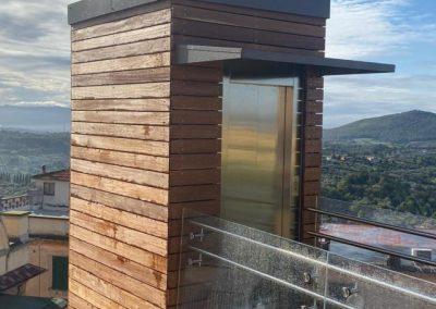 Piattaforma elevatrice con vano rivestito in legno e porte automatiche