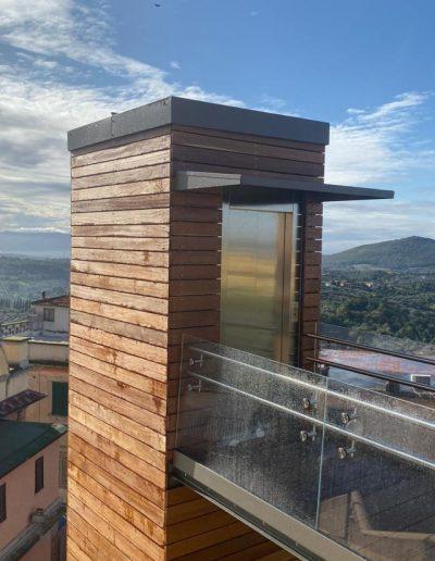 Piattaforma elevatrice con vano rivestito in legno e porte automatiche struttura superiore