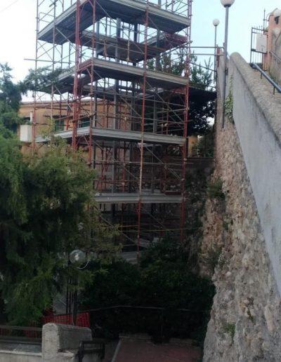 costruzione Piattaforma elevatrice con vano rivestito in legno e porte automatiche