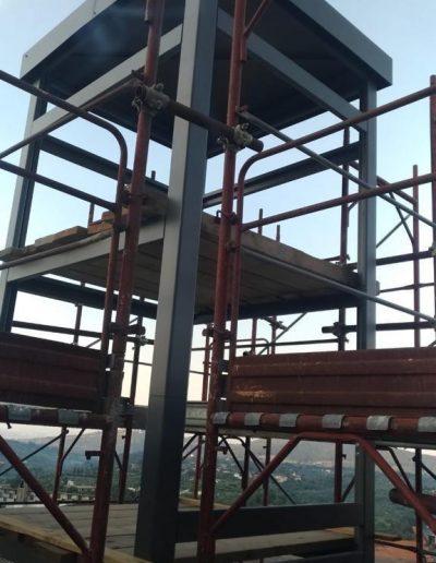 impalcature Piattaforma elevatrice con vano rivestito in legno e porte automatiche