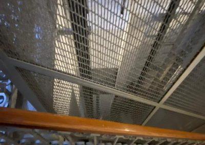 vano ascensore con rete di metallo