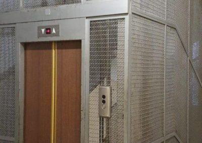 vecchio ascensore a fune con rete esterna