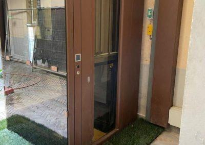 Accesso piano terra piattaforma elevatrice vetro